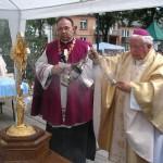ks. bp Kazimierz Górny i ks. dr Władysław Kret proboszcz parafii Farnej w Bieczu przy relikwiach św. Jadwigi