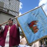 ks. dr Wadysław Kret proboszcz parafii Farnej w Bieczu prezentuje sztandar Sodalicji św. Jadwigi poświęcony w czasie uroczystości